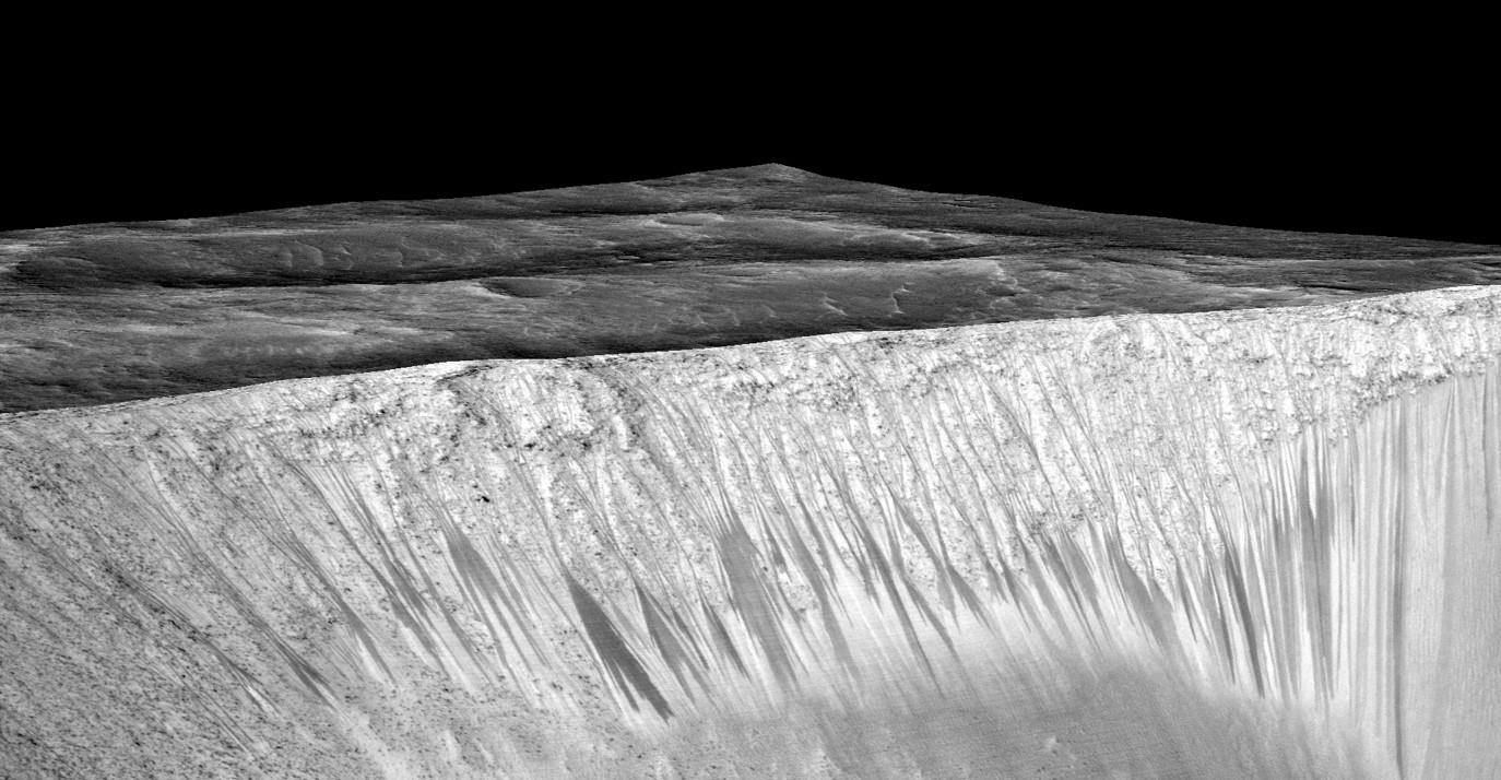 رگه های باریک تیره بر روی دیواره های دهانه ی گارنی روی مریخ، درازای این رگه های تیره به چند صد متر می رسد. به فته ی دانشمندان این رگه ها در اثر جریان آب شور مایع روی مریخ پدید آمده اند. این تصویر از پوشاندن یک مدل دیجیتالی سطحی (DTM) از همان جایی که دوربین هایراز عکسش را گرفته بود با یک تصویر اعواج زدایی شده پدید آمده، اغراق عمودی ۱.۵ است.