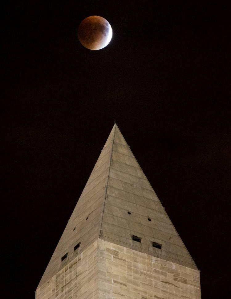 ماه گرفتگی سرخ رنگ در نمایی از بنای یادبود - واشینگتن
