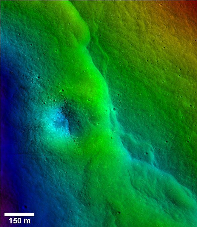 یکی از عکس هایی که گسل و تغییر شکل ماه را نشان می دهد. قسمتهای قرمز نشاندهنده مناطق مرتفعتر و قسمتهای آبی نشاندهنده مناطق کمارتفاعتر هستند.