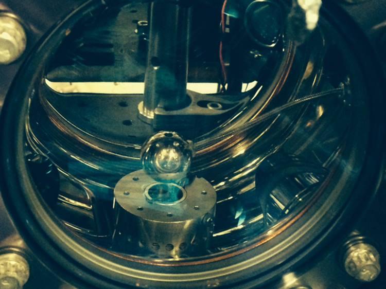 از تداخل سنج اتمی برای جستجوی ذرات انرژی تاریک پنهان استفاده می شود.