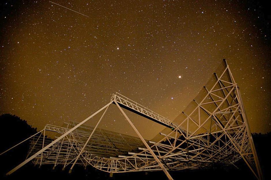 تصویری از تلسکوپ رادیویی CHIME که محققان در این پژوهش استفاده می کنند.