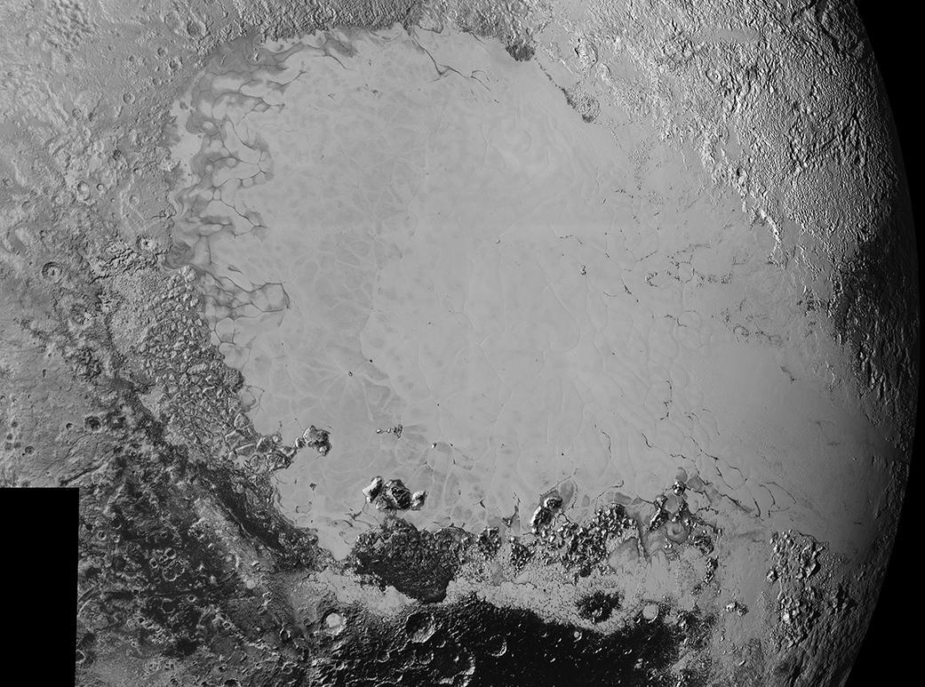 در این عکسِ فضاپیمای افق های نو که از فاصله ی 80 هزار کیلومتری گرفته، پهنه ای به گستردگی ۳۵۰ کیلومتر از پلوتو را می بینیم که تنوع باورنکردنی سطح این سیاره ی کوتوله از نظر بازتابندگی و زمینشناختی را نشان می دهد. از جمله ساختارهایی که در این عکس دیده می شود می توان به یک سطح تیره، باستانی، و پر از دهانه؛ یک سطح روشن و هموار که از نظر زمین شناسی جوان است؛ انبوه کوه های کنار هم؛ و یک پهنه ی رازگونه از شیارهای تیره و همتراز که به تپه های شنی می ماند و ریشه اش هنوز ناشناخته است، اشاره کرد.
