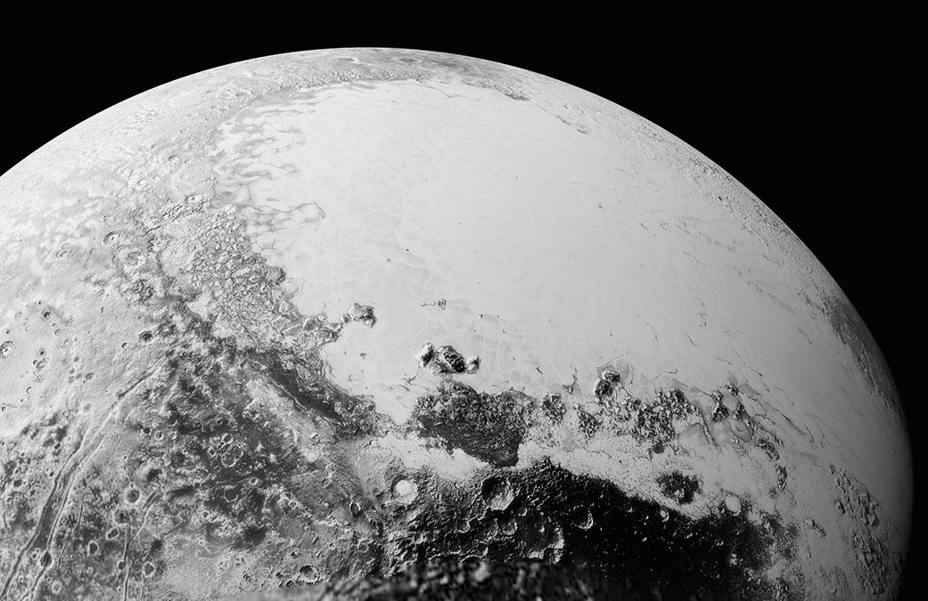 """این نما از پلوتو که فضاپیمای افق های نو از ارتفاع 80 هزار کیلومتری ثبت کرده، ۱۸۰۰ کیلومتر بالاتر از ناحیه ی استوای پلوتو را نشان می دهد. در این تصویر، شمال غربی ناحیه ی استوا را می بینیم: سطح تیره و پر از دهانه با نام غیررسمی """"ناحیه ی کاتولو"""" (Cthulhu Regio) در کنار دشت های یخ زده و روشن و هموار """"فلاته ی اسپوتنیک""""."""