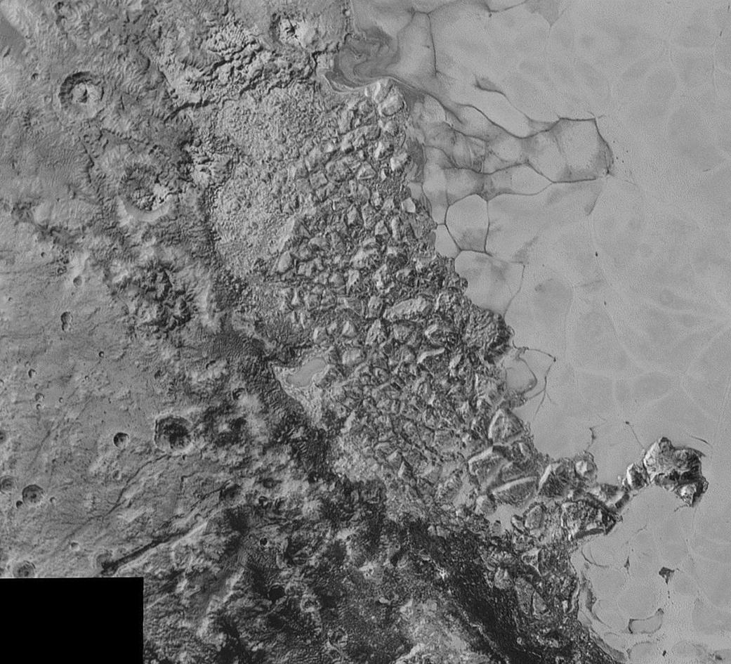 """این نمای موزاییکی از ترکیب عکس های وضوح-بالایی تشکیل شده که از ۵ تا ۷ سپتامبر ۲۰۱۵ از فضاپیمای افق های نو دریافت شد. در این عکس، دشت یخ زده، روشن و هموار پلوتو با نام غیررسمی """"فلاته ی اسپوتنیک"""" را می بینیم. این تصویر همچنین سطح بسیار گونهگون پیرامون فلاته ی اسپوتنیک را هم نشان می دهد. اندازه ی کوچک ترین ساختارهایی که در این تصویر دیده می شود ۰.۸ کیلومتر است، و کل موزاییک پهنه ای به گستردگی حدود ۱۶۰۰ کیلومتر را می پوشاند."""