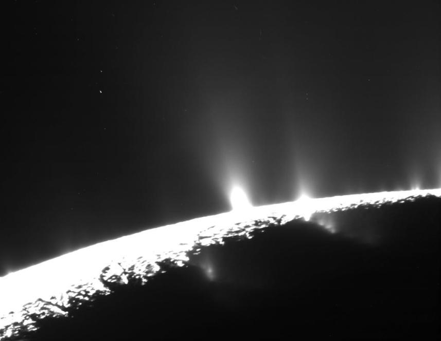 تصویری از فوران آبفشان ِ انسلادوس در فضا که توسط کاوشگر کاسینی ثبت شده است.