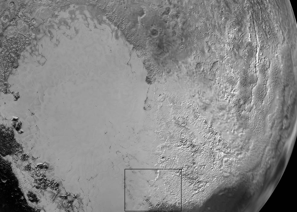 """""""قلب"""" پلوتو: فلاته ی اسپوتنیک نام غیر رسمی ناحیه ی هموار و روشنی است که در سمت چپ این عکس می بینید. این تصویر از ترکیب چندین نمای گرفته شده توسط فضاپیمای افق های تشکیل شده است. منطقه ی بلند و سفید و روشن سمت راست به احتمال بسیار پوشیده از یخ نیتروژنی است که از راه جو از روی سطح فلاته ی اسپوتنیک منتقل شده و روی این بلندی ها تهنشسته (رسوب کرده)."""