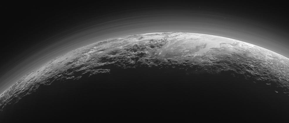 کوه های باشکوه و دشت های یخ زده: این عکس درست ۱۵ دقیقه پس از گذشتن فضاپیمای افق های نو از نزدیک ترین فاصله ی پلوتو در ۱۴ جولای ۲۰۱۵ گرفته شده و دیدگاه عکس رو به خورشید است و چشم اندازی نزدیک به غروب را از کوهستان های ناهموار و یخی با ارتفاعی حدود 3500 متر و دشت های یخ زده ی هموار پلوتو نشان می دهد که تا افق کشیده شده اند.این عکس از فاصله ی ۱۸۰۰۰ کیلومتری گرفته شده و پهنه ای به گستردگی ۱۲۵۰ کیلومتر را می پوشاند.