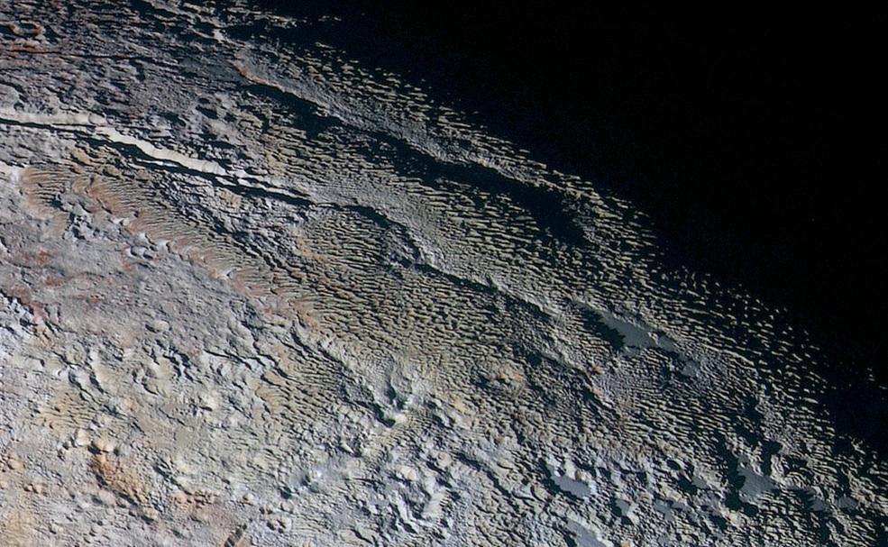 در این تصویر رنگی از پلوتو که حدود 530 کیلومتر را پوشش داده، بافتی برآمده و پر شیب از سطح پلوتو قابل مشاهده هست. این عکس که ترکیبی از طیف های مختلف است، در 14 جولای 2015 توسط فضاپیمای افق های ثبت شده است.