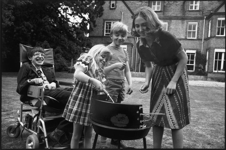 تصویری از هاوکینگ در کنار همسر و فرزندانش