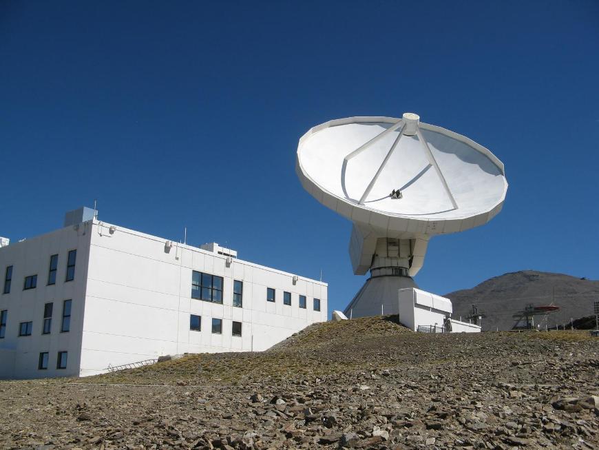 تصویری از تلسکوپ رادیویی در سیرا نوادای اسپانیا