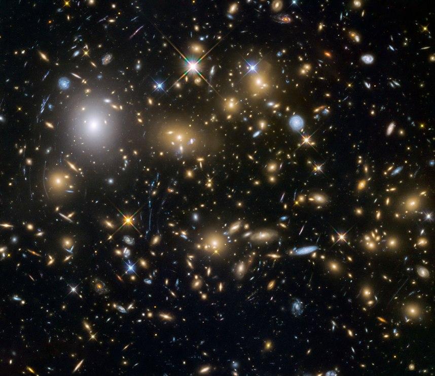 تصاویر جدید از تلسکوپ فضایی هابل ناسا کم نورترین کهکشان های شناخته شده را در جهان نخستین نشان می دهد. در این تصویر خوشه ی کهکشانی MACSJ0717.5+3745 -MACS0717 را مشاهده می کنید.