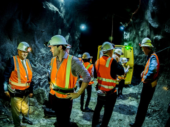 تصویری از دانشمندان در آزمایش SABRE در معدن طلای استاول ویکتوریا