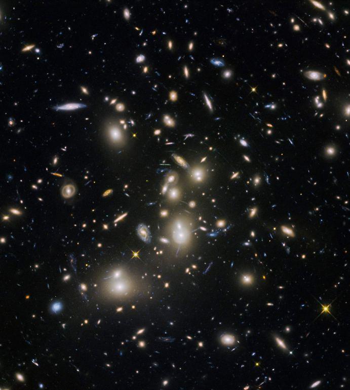تصویری از خوشه کهکشانی آبل 2744، دانشمندان با استفاده از اثرات همگراییِ گرانشی کم نورترین و دورترین کهکشان ها را شکار کردند.