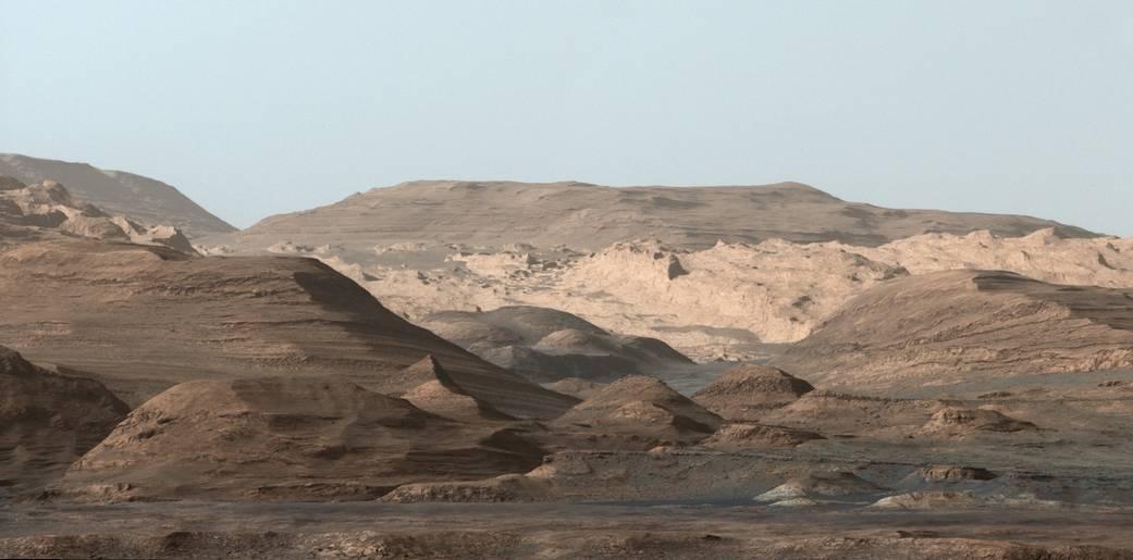 این تصویر که بخش های بلندتر کوه شارپ در مریخ را نشان می دهد، در روز ۲۹ سپتامبر ۲۰۱۵ توسط خودروی کنجکاوی ناسا گرفته شده، این عکس کمی ویرایش شده تا آسمانش مانند زمین، آبی به نظر آید.