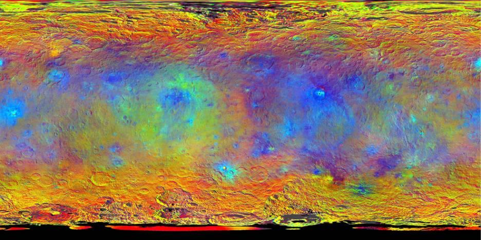 نقشه ای در طیف های مختلف که فضاپیمای سپیده دم در ماه های اوت و سپیتامبر 2015 از سیاره ی کوتوله سرس به ثبت رسانده است. نقاط سرخ تر نشانگر بازتاب نور بیشتری در طول موج فروسرخ است، در حالی که رنگ های آبی در طول موج های کوتاه تر بازتاب بیشتری دارند