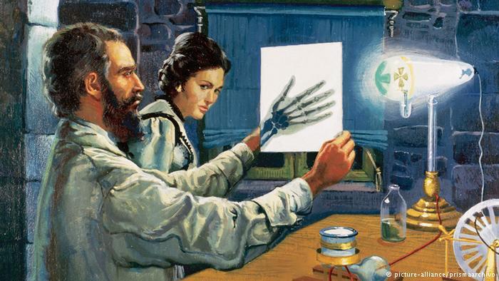 رونتگن در ۲۲ دسامبر سال ۱۸۹۵ با کمک اشعه ایکس عکسی از دست همسرش گرفت.