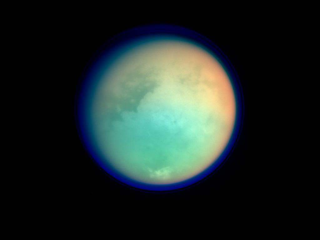 نمایی از تیتان قمر زحل که دارای اتمسفر ضخیمی است.