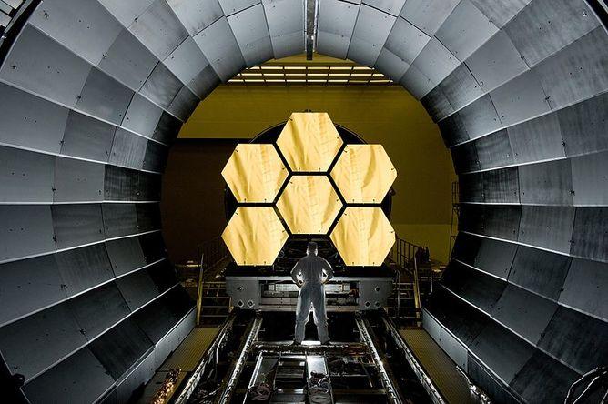 تصویری از آینه های تلسکوپ فضایی جیمز وب که قرار است سال 2018 به فضا ارسال شود.