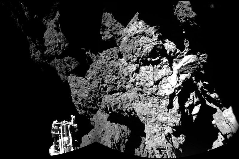 تصویری از سطح دنباله دار پی۶٧ که کاوشگر فیلای ثبت کرده است.