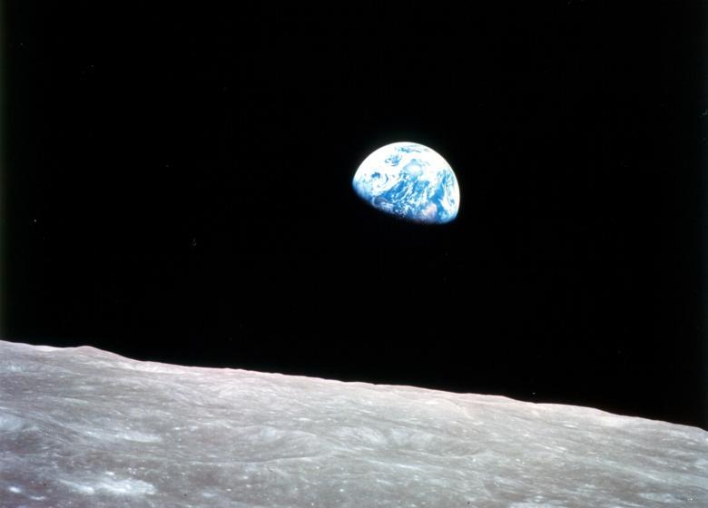 عکسی معروف به طلوع زمین که در دسامبر ۱۹۶۸ در ماموریت آپولو ۸ توسط ویلیام اندرز ثبت شد.