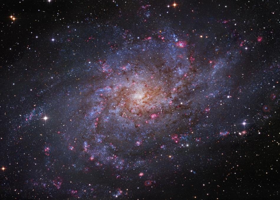 عکسی از کهکشان M33 که در صورت فلکی مثلث واقع شده است.