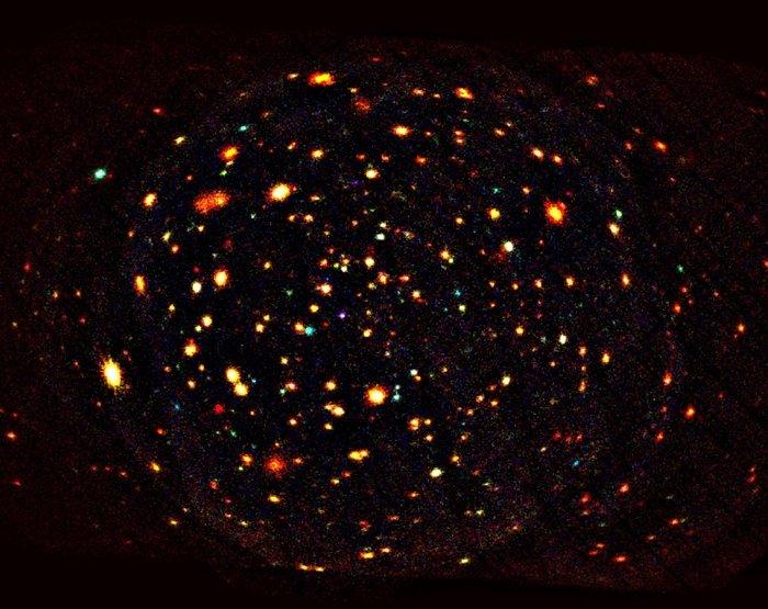 این تصویر بخشی از حفرۀ لاکمن بر پایه ی همین مشاهدات را نشان می دهد. اینجا صدها کهکشان دوردست را می توان دید- کهکشان هایی که نورشان میلیاردها سال در راه بوده تا به زمین برسد.
