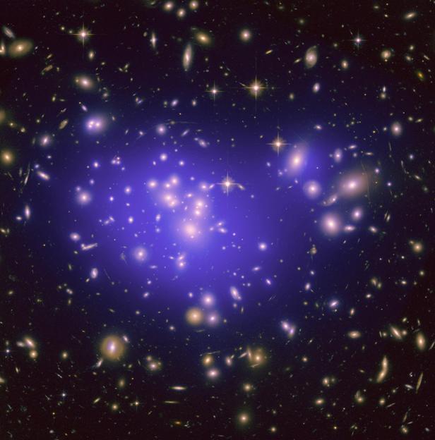 تصویری از خوشه ی کهکشانی آبل 1689 که 2.2 میلیارد سال نوری از زمین فاصله دارد و شامل هزاران کهکشان است.