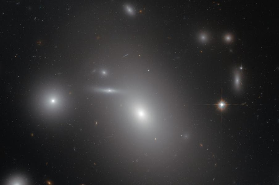 تصویری از کهکشانNGC 4889 که میزبان یک سیاهچاله ی کلان جرم است.