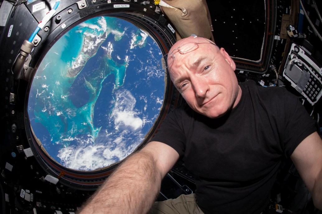 سلفی زیبای اسکات کلی با زمین که از ایستگاه فضایی ثبت شده است.