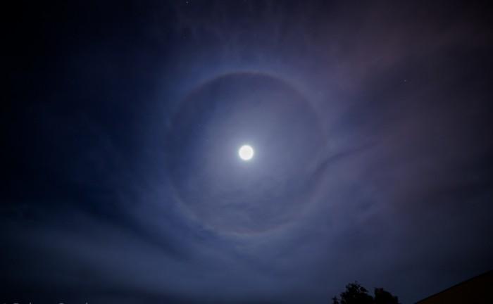 عکسی از هاله ی اطراف ماه که توسط راب اسپارکس از شهر توسان- آریزونا گرفته شده است.