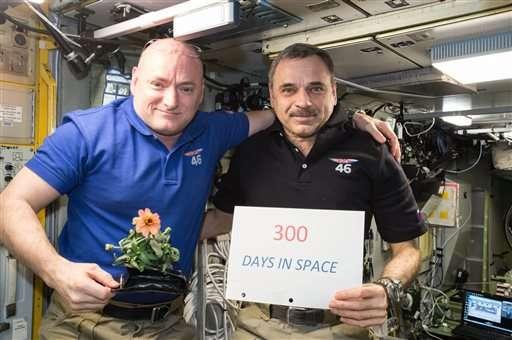 تصویری از فضانوردان میخاییل کورنینکو و اسکات کلی که یک سال در ایستگاه فضایی بودند.