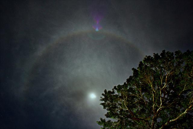 هاله ی رنگین کمانی به دور ماه
