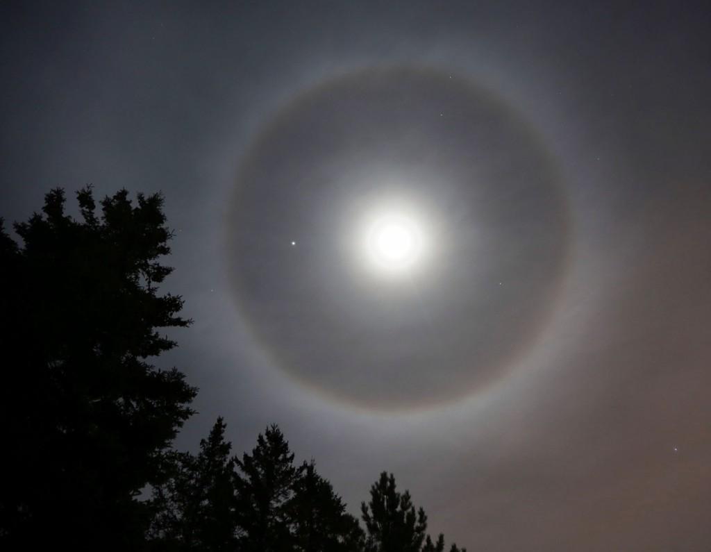 حلقه ی نور، ماه و سیاره ی مشتری(سمت چپ ماه) را در بر گرفته است.