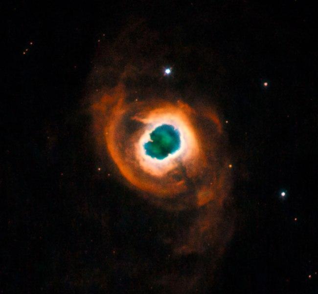 این تصویر هابل، آخرین فعالیت های این زیبای آسمانی را قبل از محو شدن در تاریخ کیهان می بینید. ستارهی در حال مرگی به اندازه ی خورشید، درون این گازهای رنگارنگ چرخان دفن شده است.