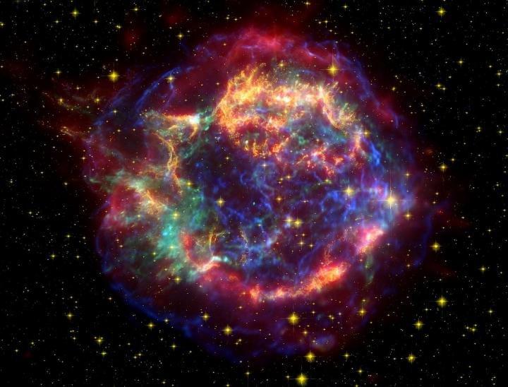 تصویر رنگ کاذب از ابرنواختر ذات الکرسی A که با استفاده از تلسکوپ هابل، اسپیتزر و رصدخانه اشعه ایکس چاندرا ثبت شده است.