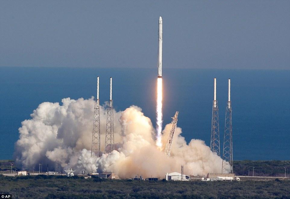 لحظه ی پرتاب موشک فالکون ۹ به فضا