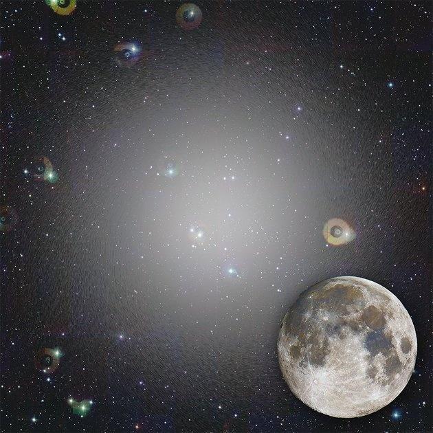 در این تصویر میتوانید ببینید که اگر این کهکشان هزاربرابر درخشانتر از امروزش بود، در آسمان شب به چه شکل دیده میشد. در کنار آن ماه کامل برای مقایسه دیده میشود.