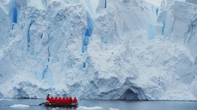 _89009543_c0157237-tourists_at_edge_of_ice_shelf,_antarctica-spl