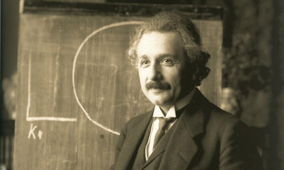 آلبرت اینشتین در حال درس دادن در سال ۱۹۲۱