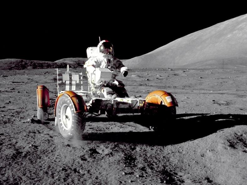 تصویر یوجین سرنان فرماندۀ ماموریت آپولو 17 که در سال 1972 با کاوشگر روی ماه قرار دارد.