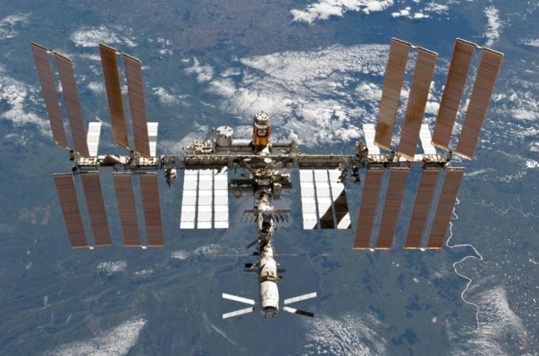 این عکس ِ ایستگاه فضایی بین المللی توسط اعضای خدمه STS-133 از شاتل فضایی دیسکاوری در 7 مارس 2011 گرفته شده است.