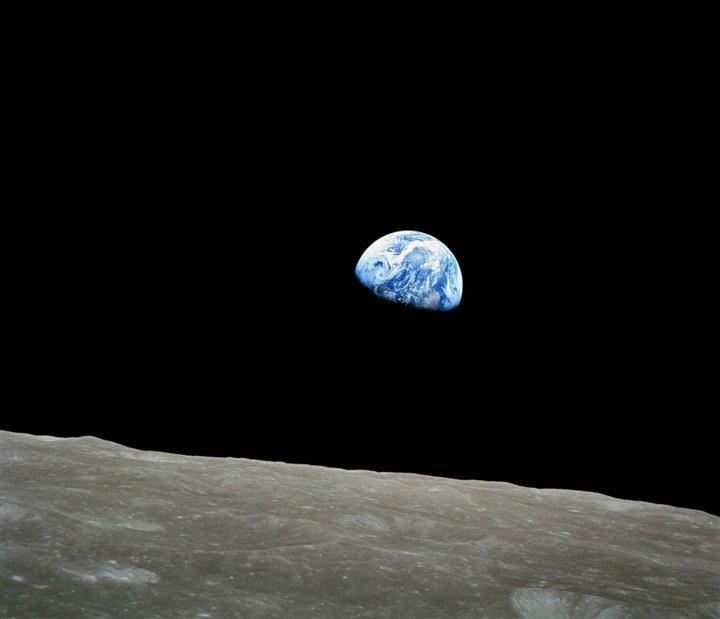 عکسی معروف به طلوع زمین که در دسامبر ۱۹۶۸ در ماموریت آپولو ۸ توسط فضانورد ویلیام اندرز ثبت شد.
