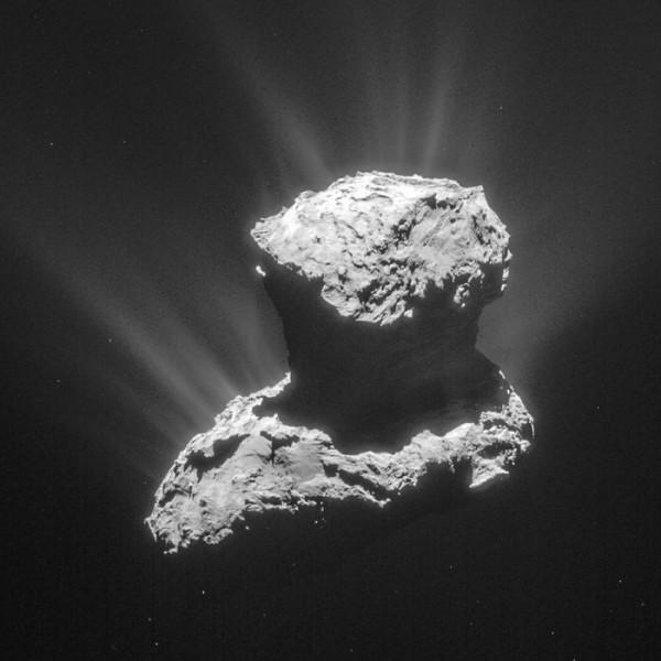 عکسی که فضاپیمای روزتا از گرد و غبار و یخ موجود در دنبالهدار P67 ثبت کرده است.