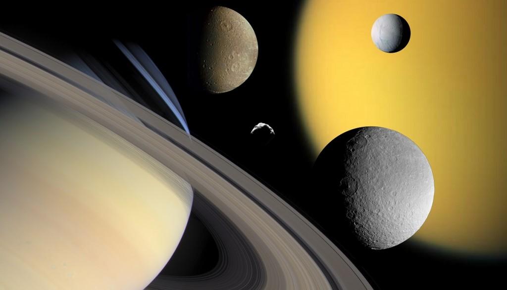 تصویری از سیاره زحل و تعدادی از قمرهایش شامل: تیتان، انسلادوس، دیونه، رئا و هلن