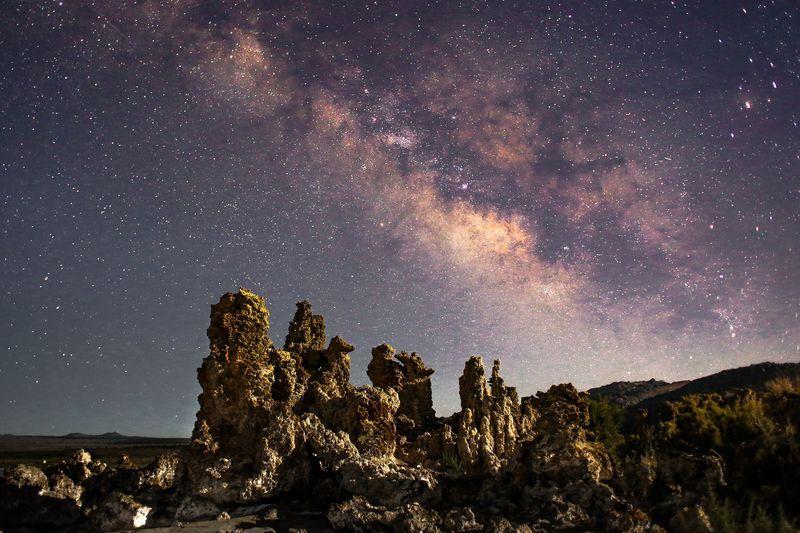 کمان ستارگان کهکشان راه شیری بر فراز دریاچه مونو، کالیفرنیا