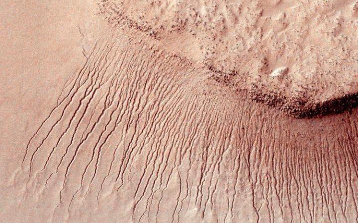 تصویری از رگه های بجای مانده از حرکت آب روان در سطح مریخ