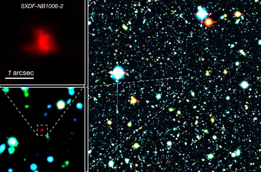 تصویر سمت راست: نقطه ی قرمز در مرکز تصویر کهکشان دور دست SXDF-NB1006-2 میباشد. تصاویر سمت چپ: نمای نزدیک از این کهکشان است.