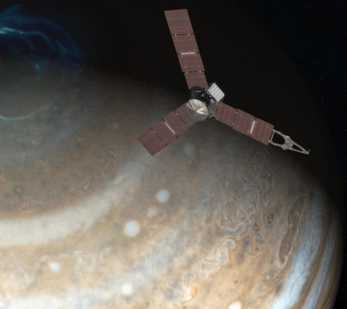 تصویری هنری از رویارویی فضاپیمای جونو با سیاره ی غول پیکر مشتری