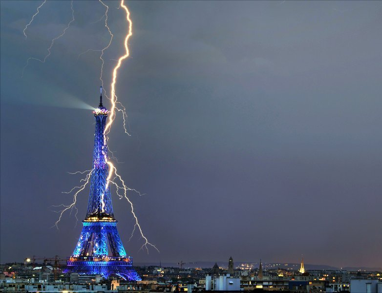 lightning-hits-the-eiffel-tower