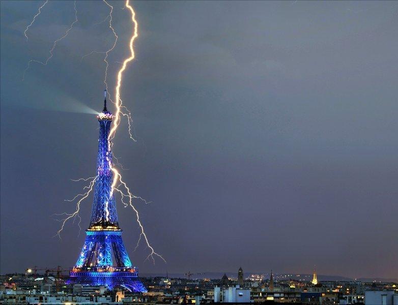 lightning-hits-the-eiffel-tower